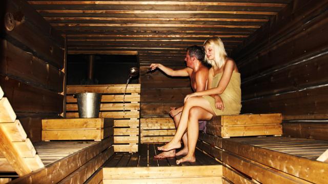https://tonpetitlook.com/wp-content/uploads/2014/04/sauna-inside-couple-930x523.jpg