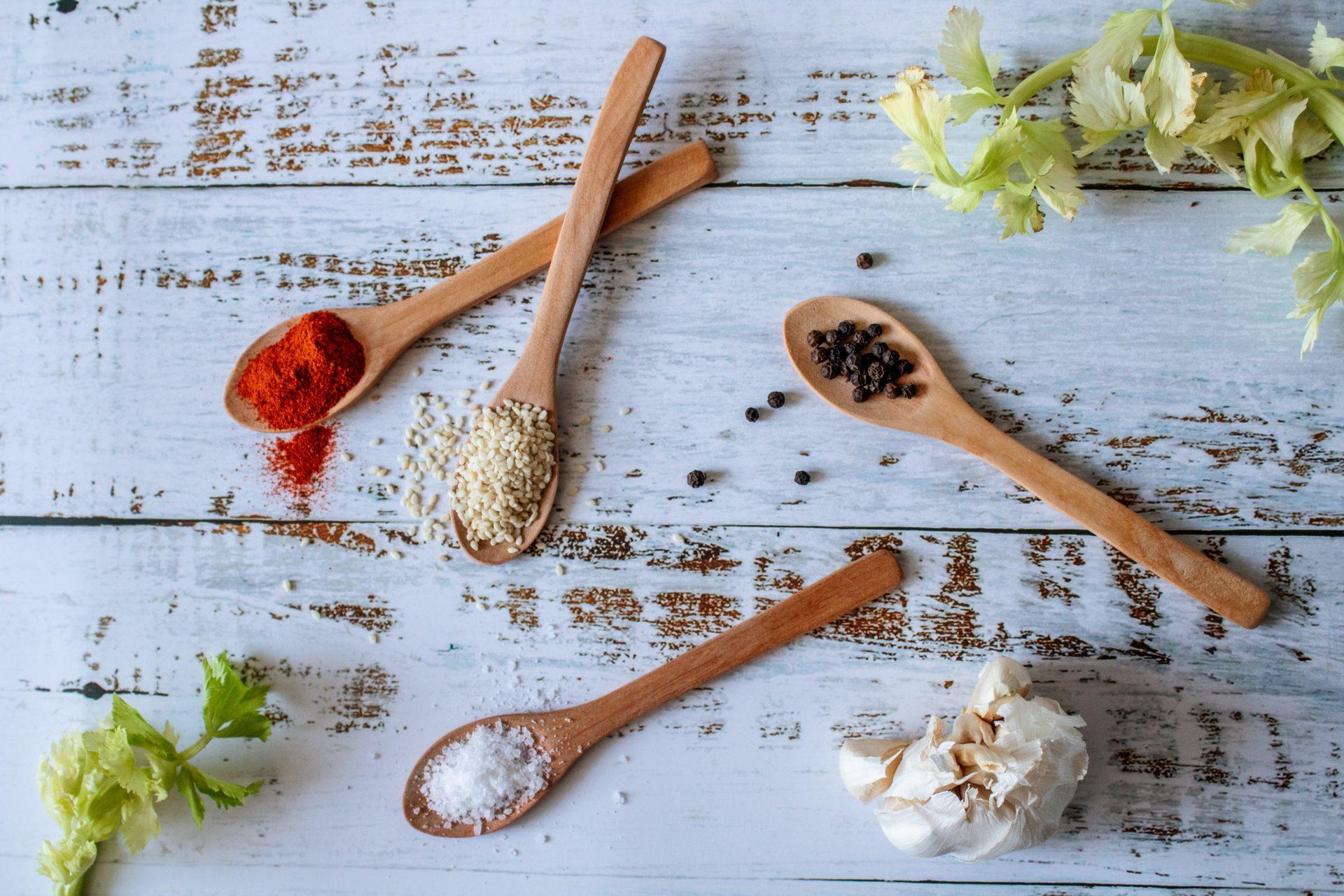 Guide pratique des épices et fines herbes essentielles en cuisine